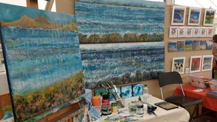 Marion Boddy-Evans demonstrating painting at Patchings Art Festival